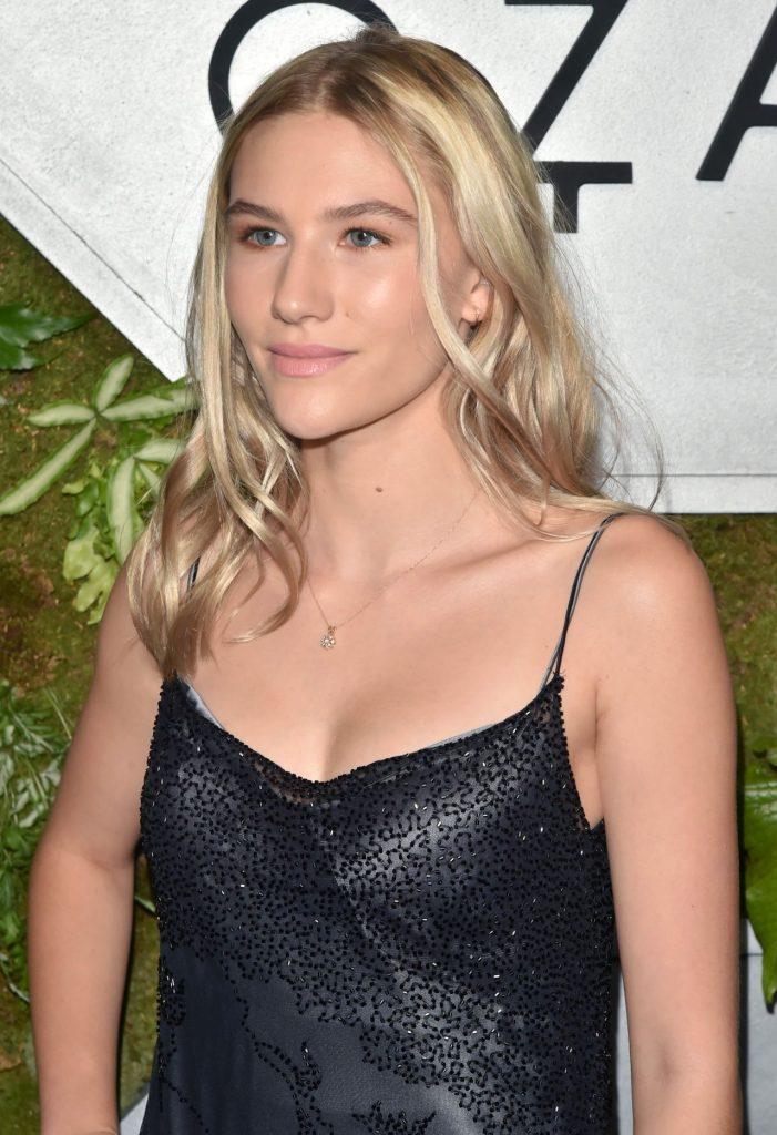 Sofia Hublitz en robe décolletée