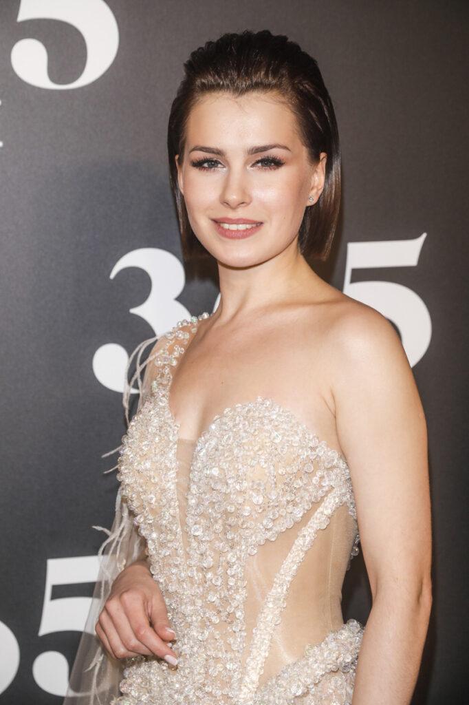 Anna-Maria Sieklucka en robe
