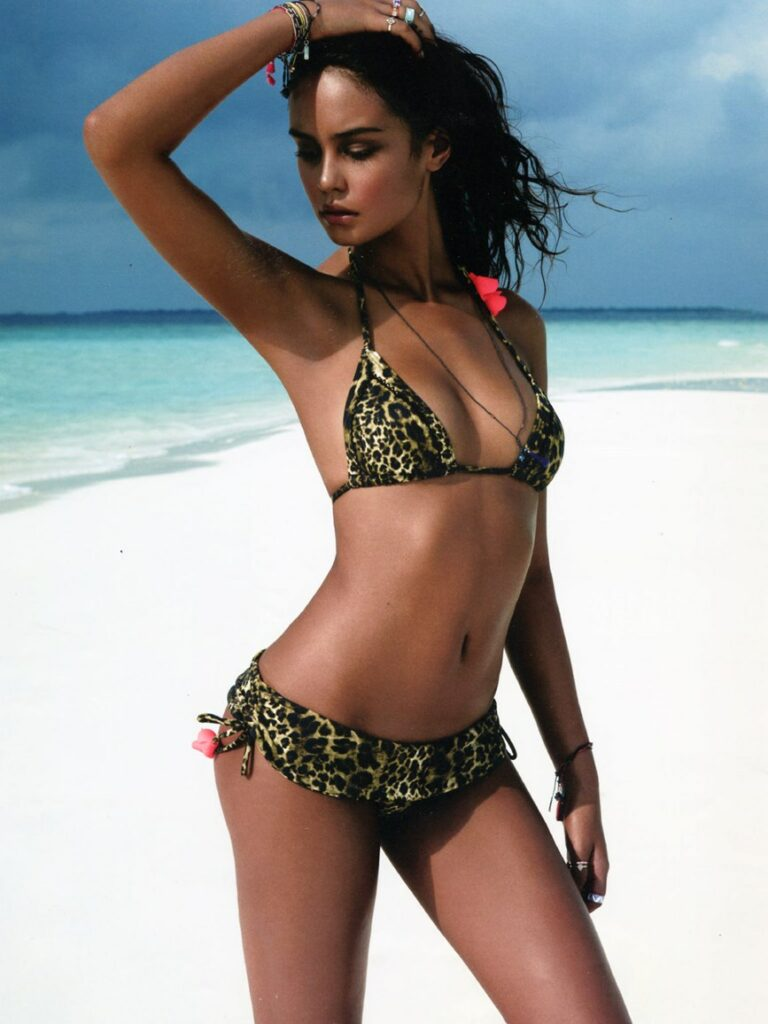 Courtney Eaton en bikini sur la plage