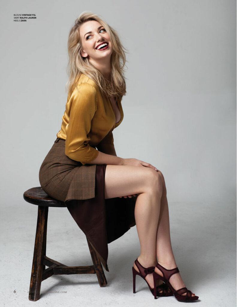 Sara Lindsey en tailleur