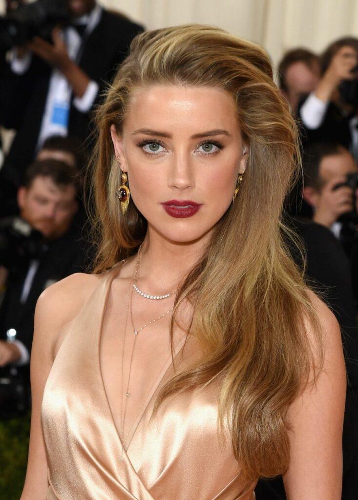 Amber Heard en robe très décolletée