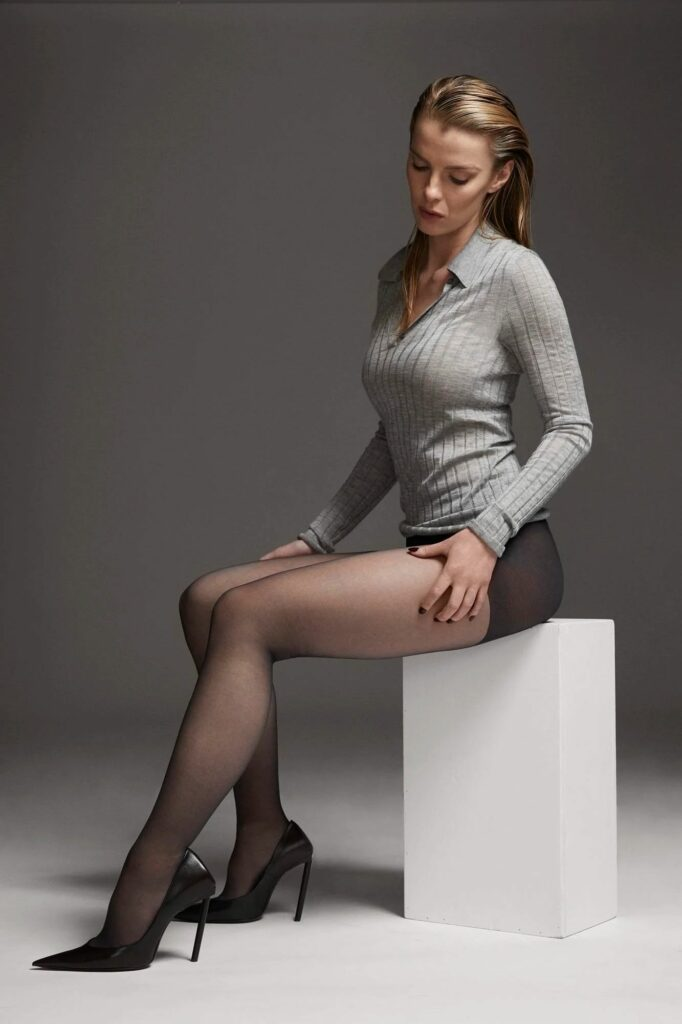 Betty Gilpin en polo et collants