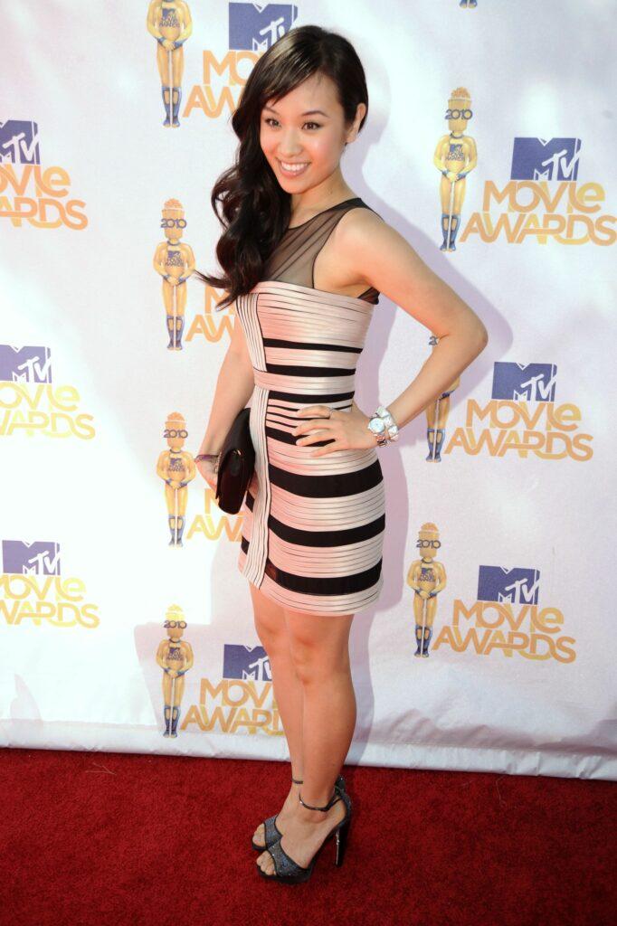 Ellen Wong en mini-robe moulante
