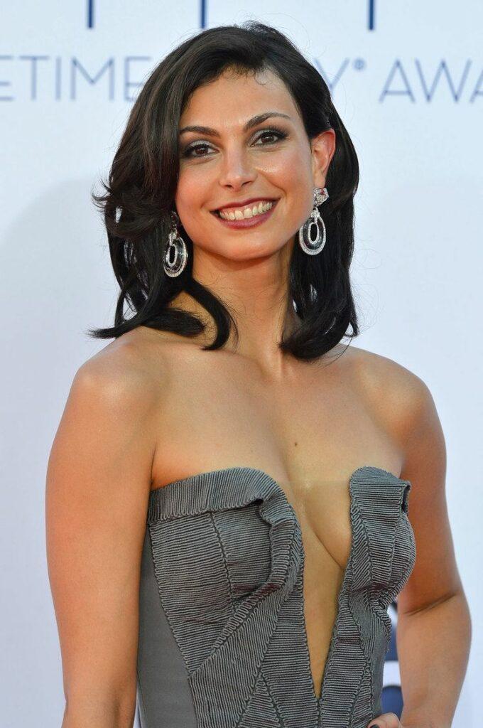 Morena Baccarin en robe très décolletée