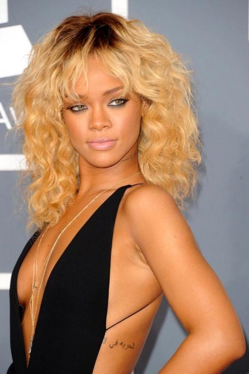 Rihanna en robe très décolletée