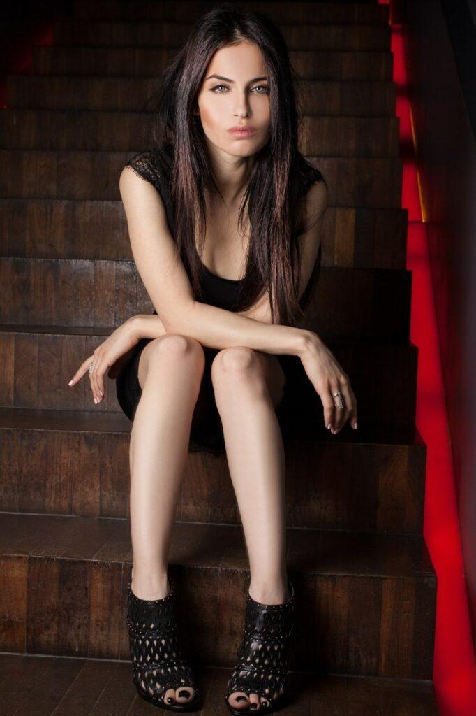 Jordana Lajoie en mini-robe décolletée