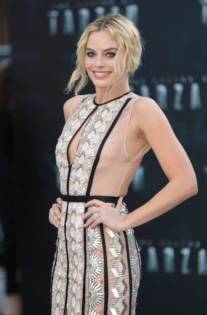 Margot Robbie en robe très décolletée