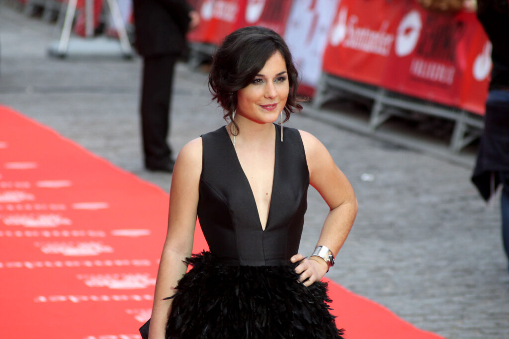 Nadia de Santiago en robe très décolletée