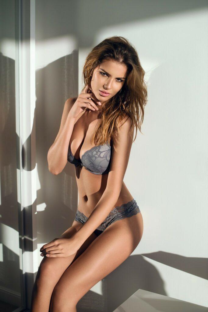 Catalina Elefteriu en lingerie de dentelle