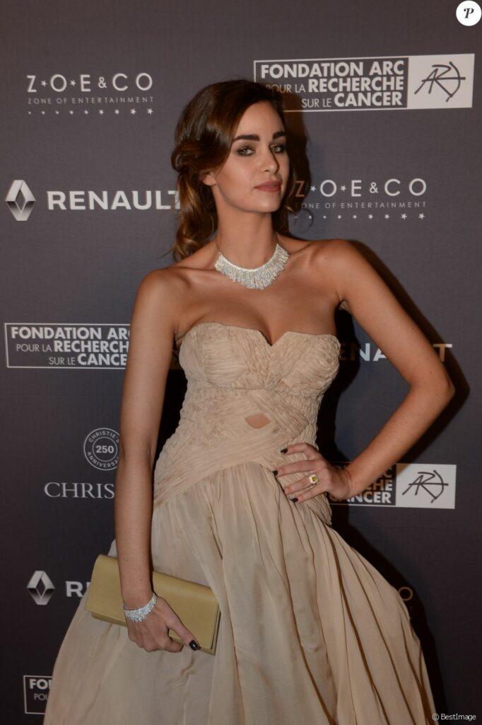 Elisa Bachir Bey en robe très décolletée