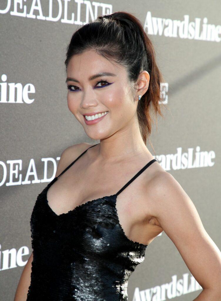 Jessica Lu en robe décolletée
