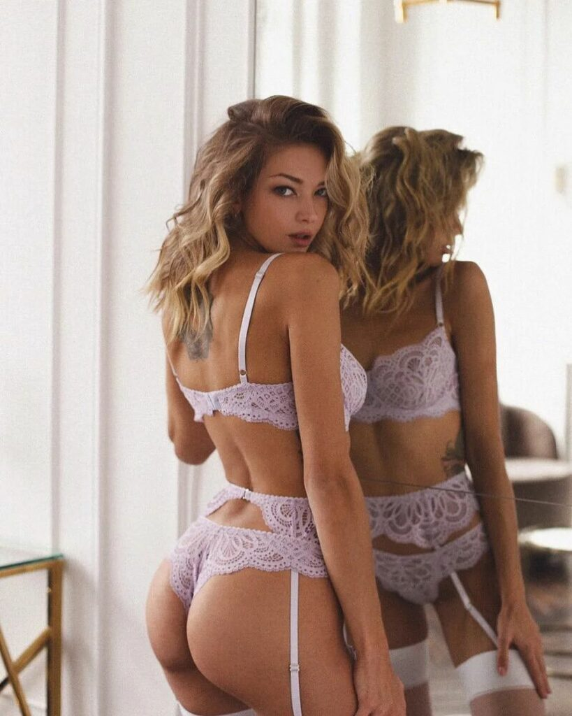 Valeria Bulusheva en lingerie de dentelle