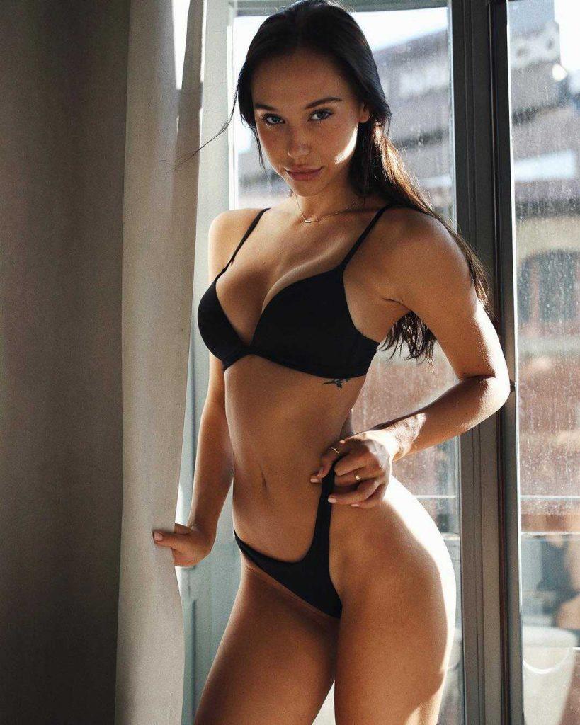 Alexis Ren en bikini