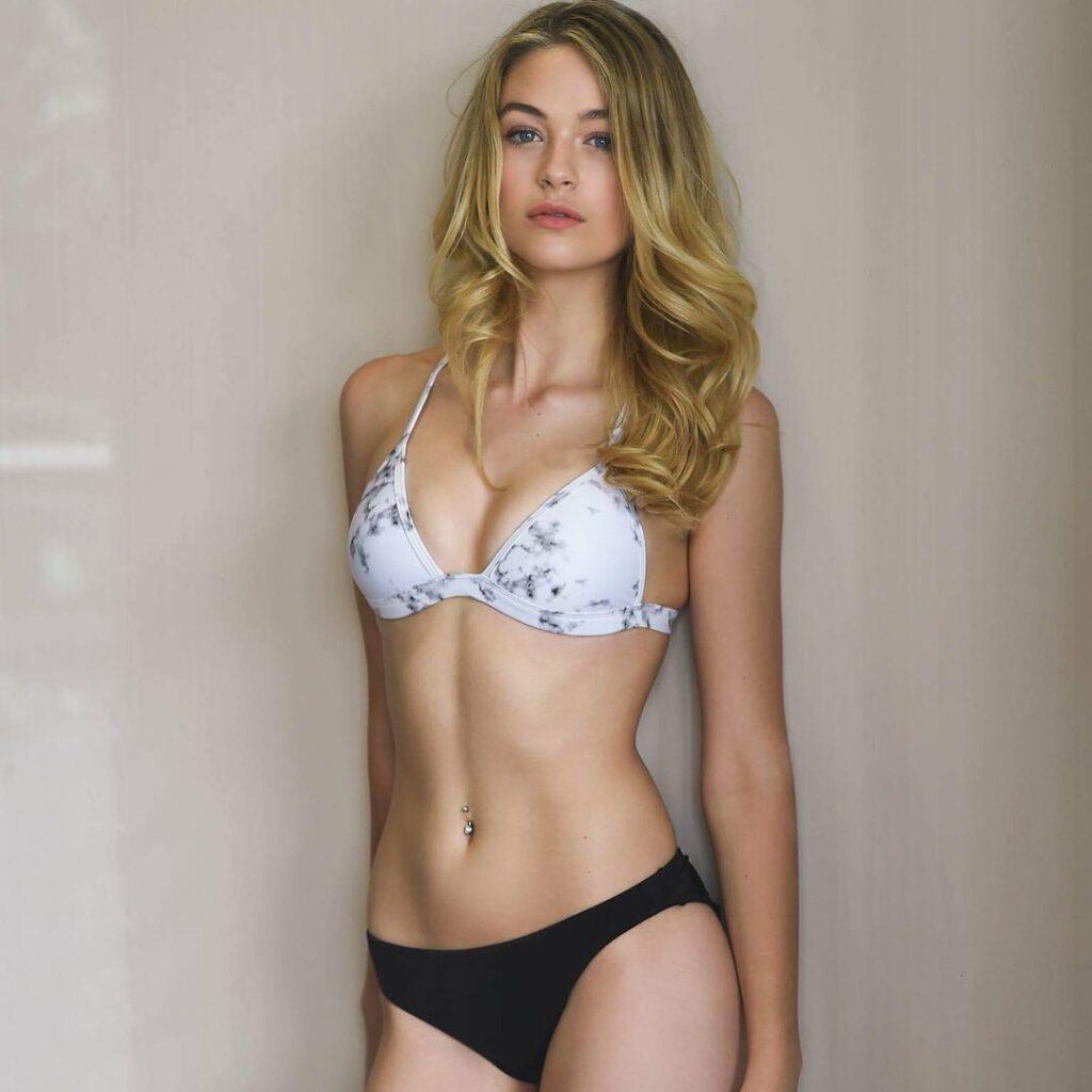 Cynthia Menard en lingerie