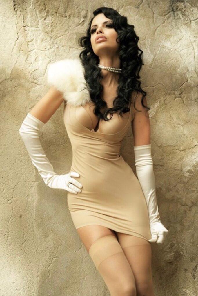Helena Karel en mini-robe très décolletée