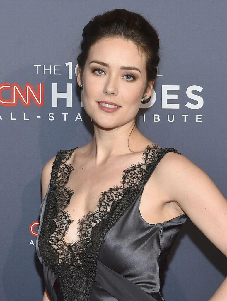Megan Boone en robe très décolletée
