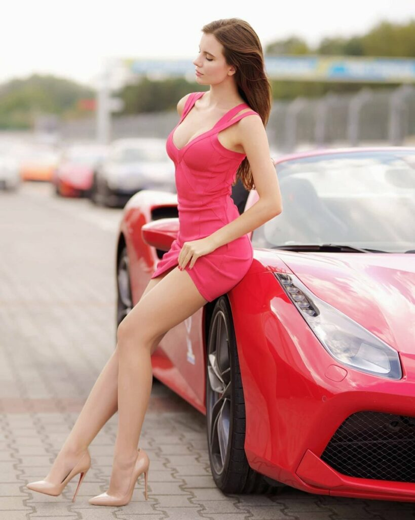 Ariadna Majewska en mini-robe décolletée