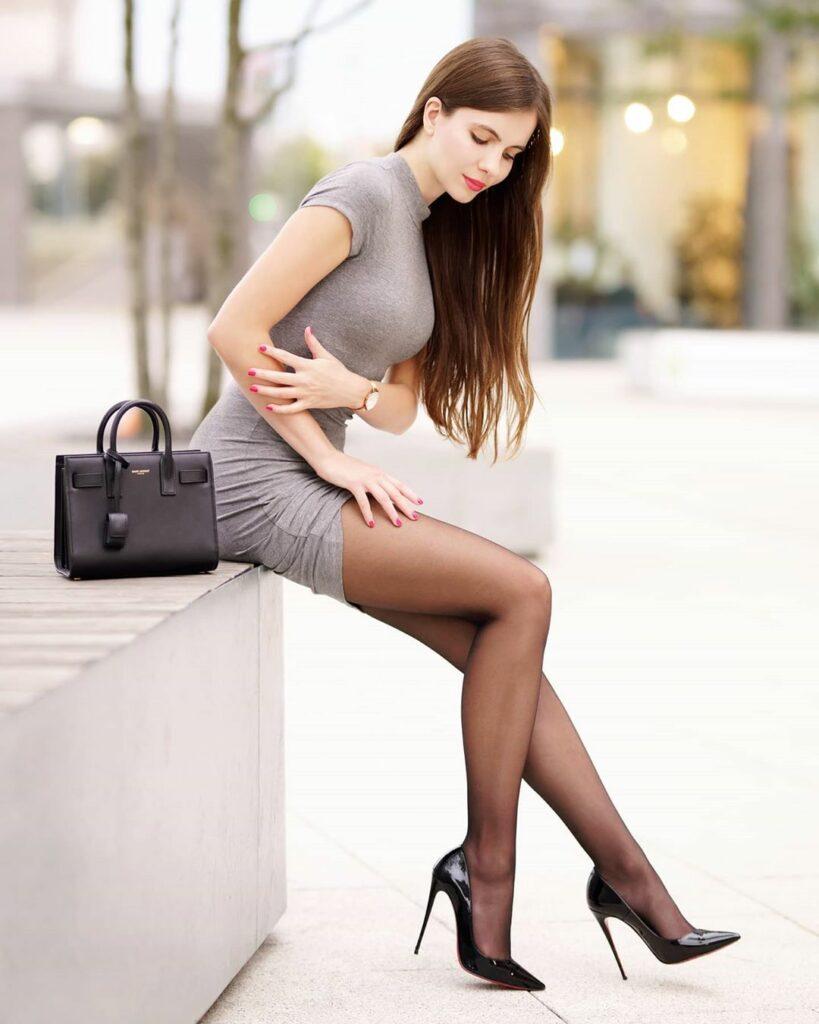 Ariadna Majewska en mini-robe moulante