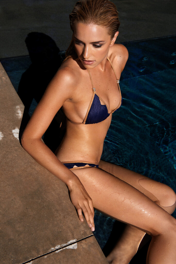 Brianne Howey en bikini
