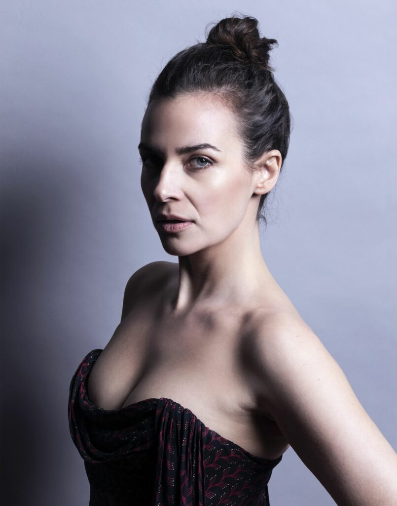 Camilla Arfwedson en robe très décolletée