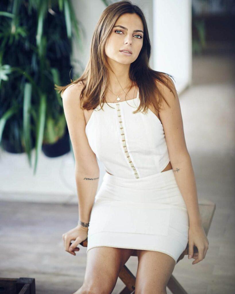Kelly Piquet en mini-robe