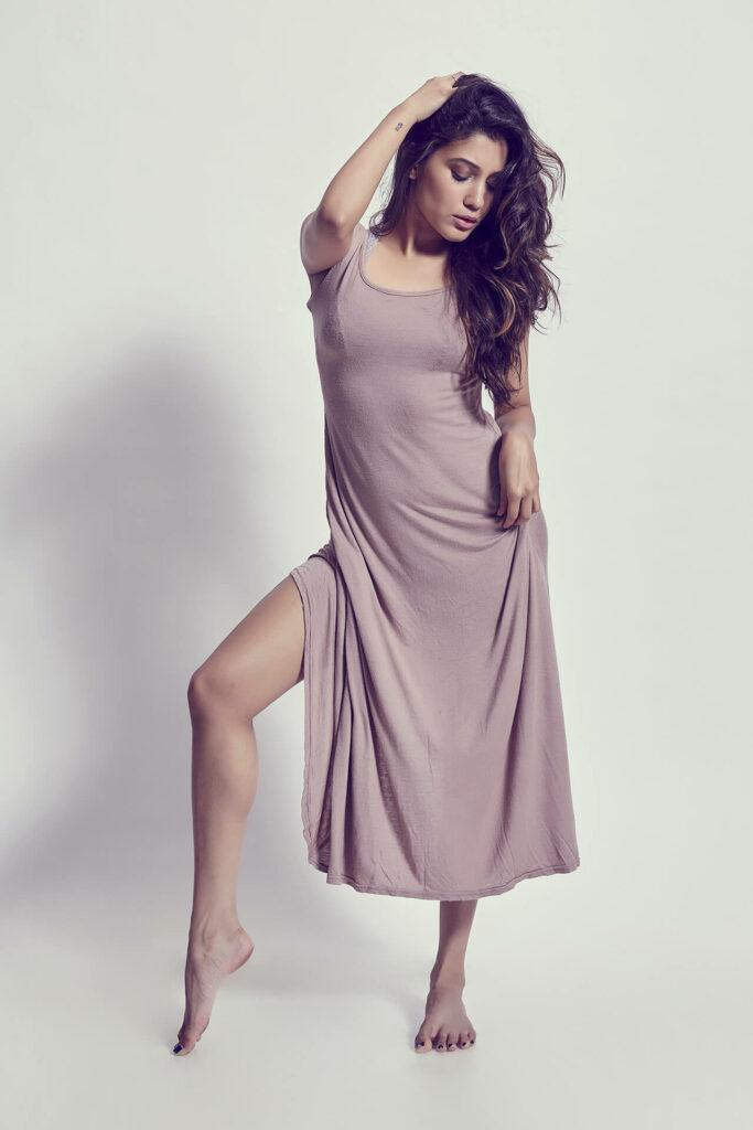Aneesha Joshi en robe fendue