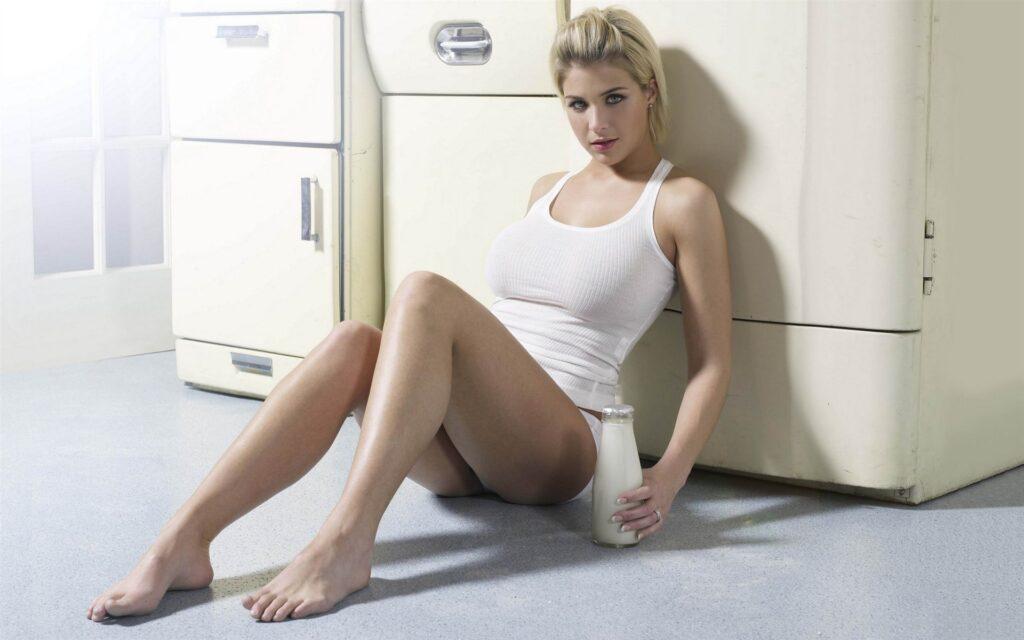 Gemma Atkinson en culotte et débardeur