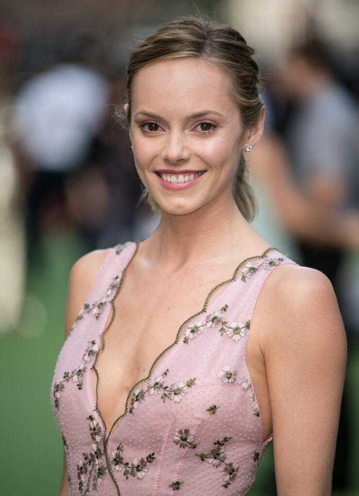 Hannah Tointon en robe très décolletée