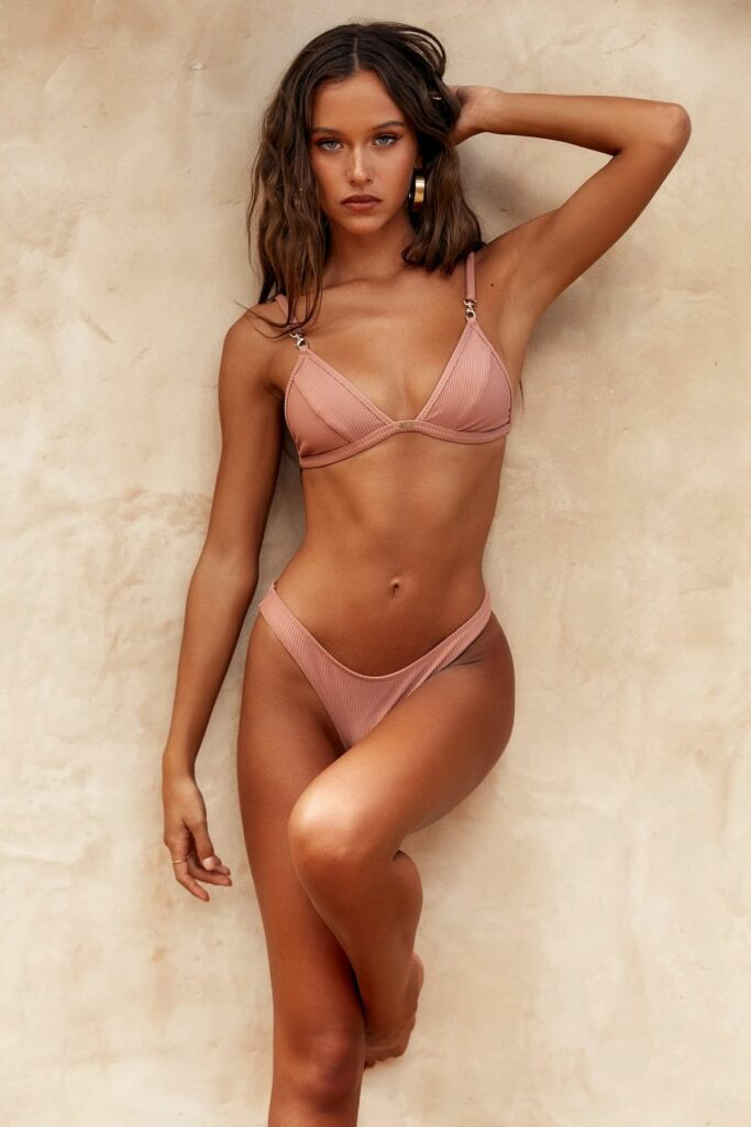Isabelle Mathers en bikini