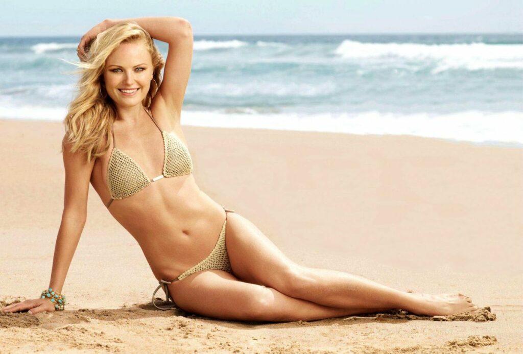 Malin Åkerman en bikini sur la plage