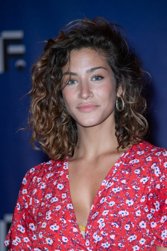 Manon Azem en robe décolletée