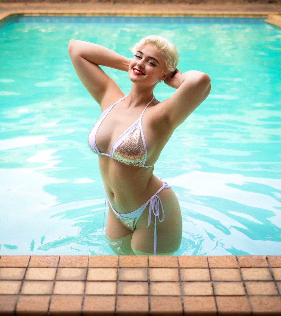 Stefania Ferrario en bikini