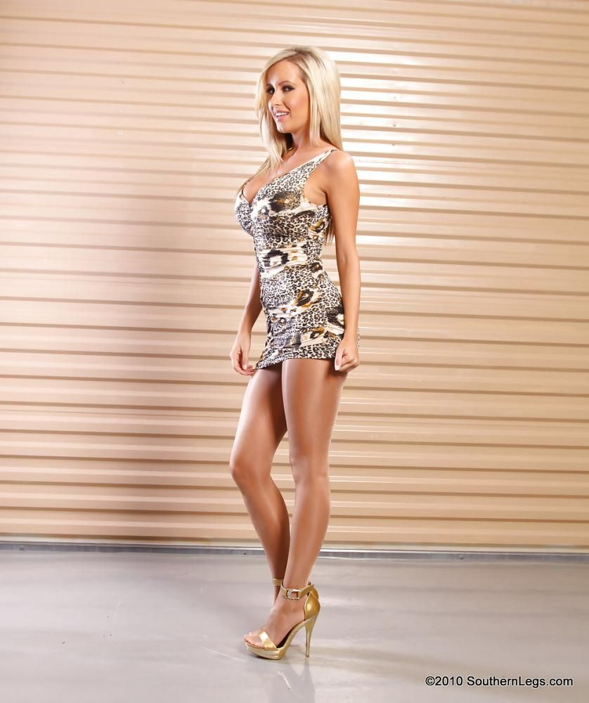 Jessica Barton en mini-robe très décolletée