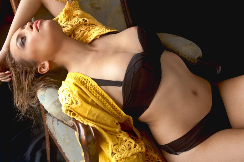 Mériem Sarolie en lingerie