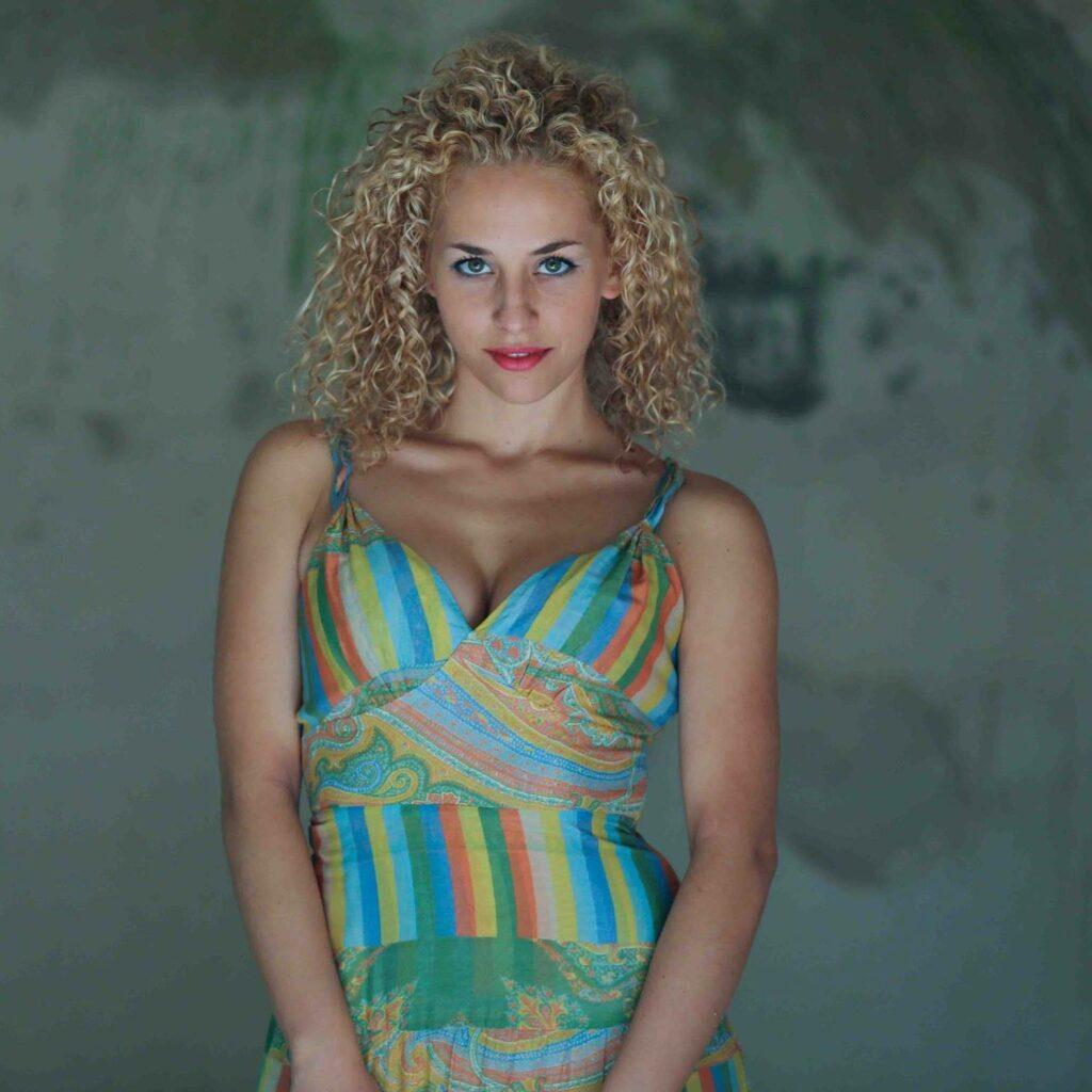 Elena Starace en robe très décolletée