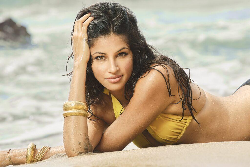 Richa Moorjani en bikini sur la plage