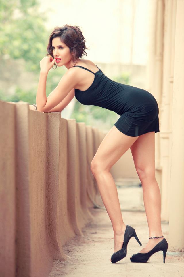 Sonnalli Seygall en mini-robe moulante