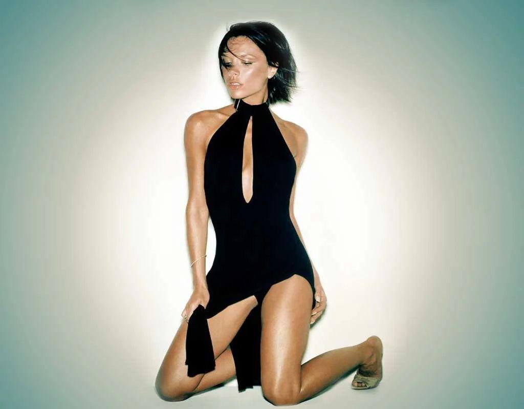 Victoria Beckham en mini-robe échancrée