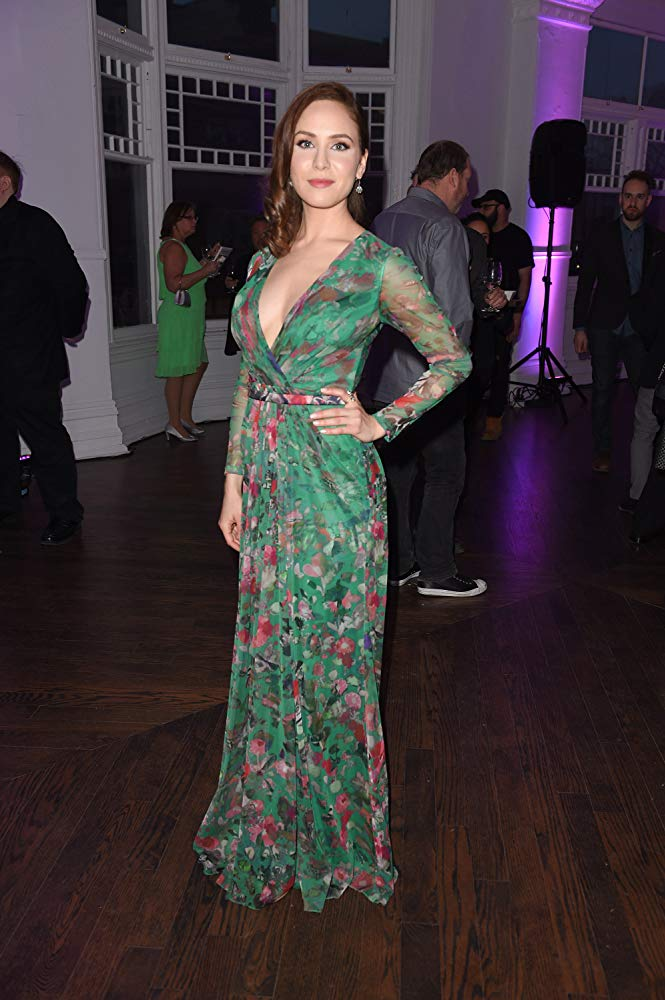 Amber Goldfarb en robe très décolletée